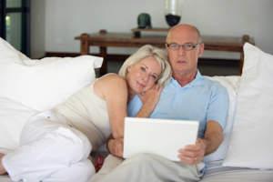 couple-age-devant-ordinateur-portable