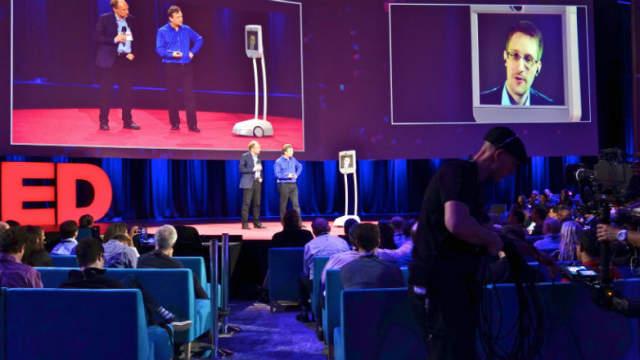 Edward Snowden au CES 2016 à travers un robot