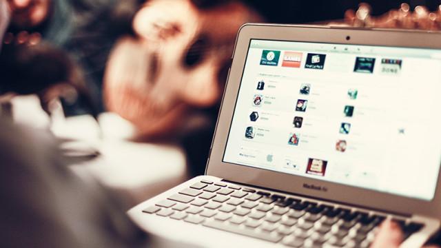 Une personne sur son notebook Apple