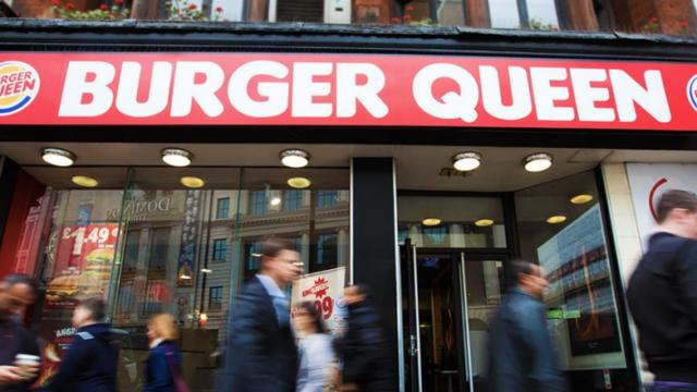 """Burger King s'habille du nom de """"Burger Queen"""". Une campagne marketing originale pour souhaiter un bon anniversaire à la Reine d'Angleterre!"""